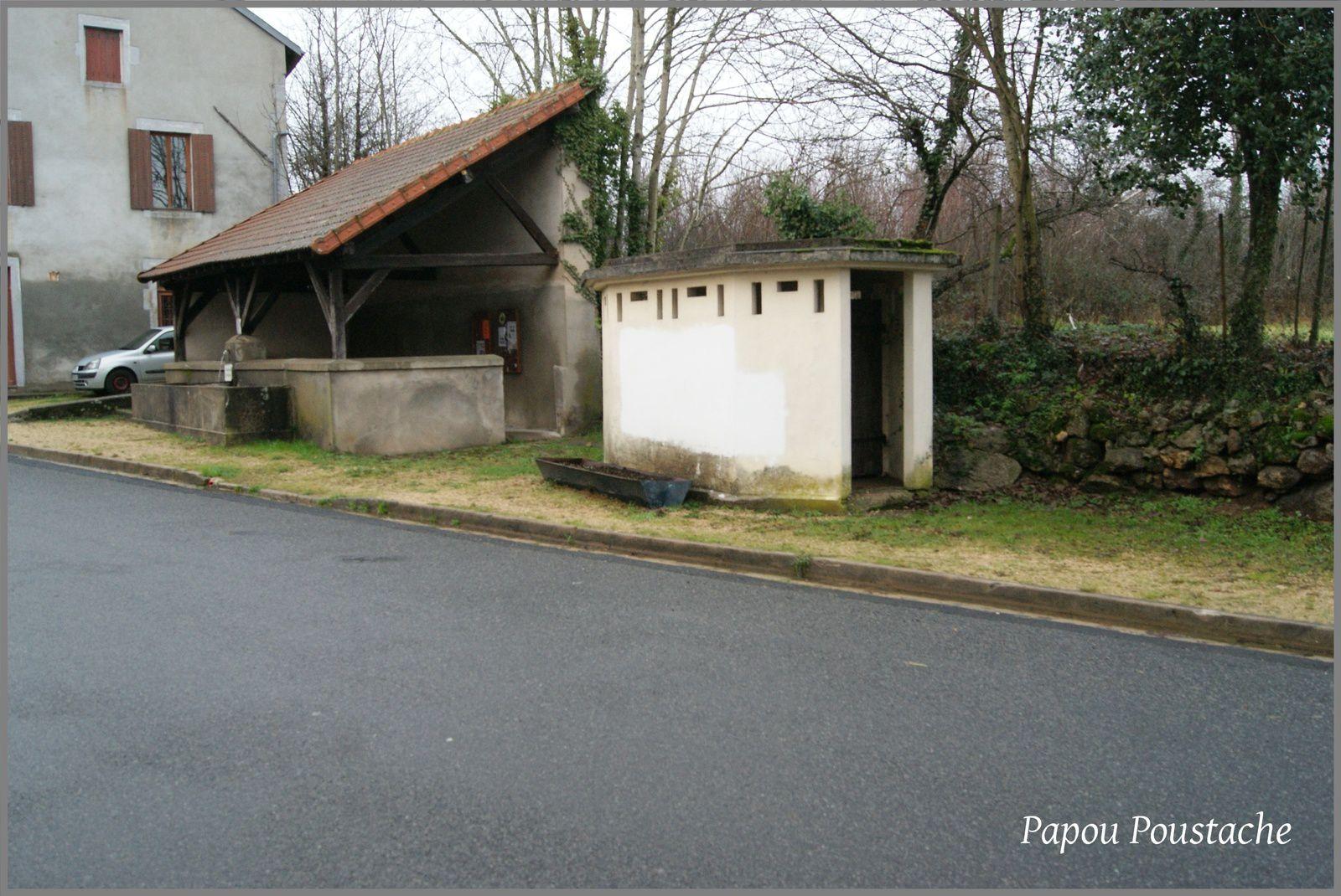Lachaux place de l'abreuvoir et la fontaine