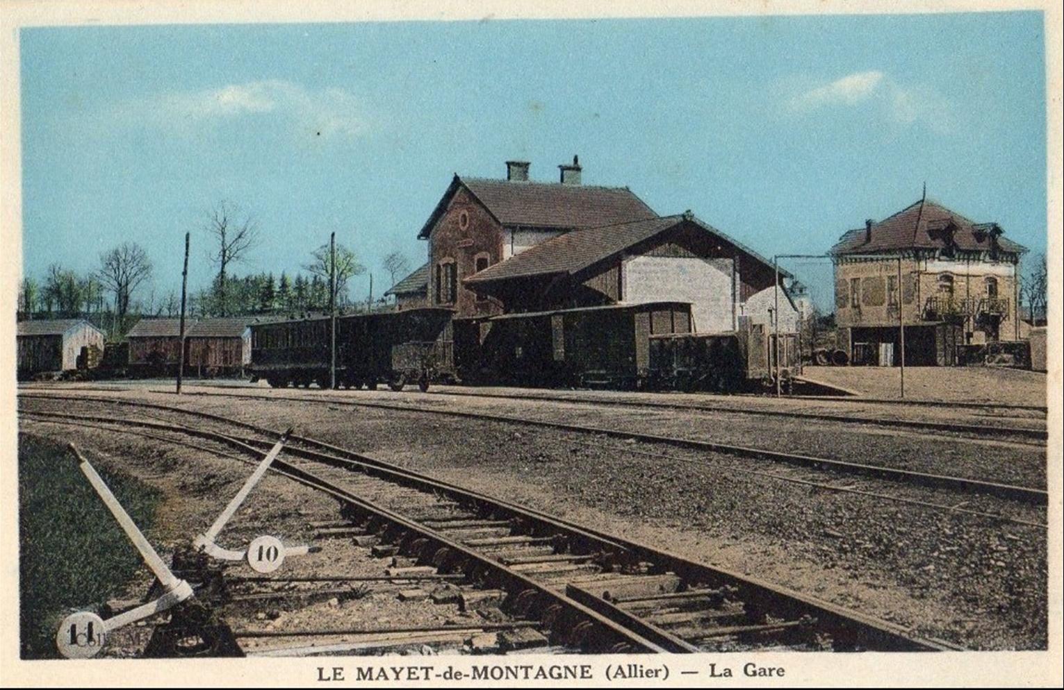 La gare et l'avenue de la gare au Mayet de Montagne