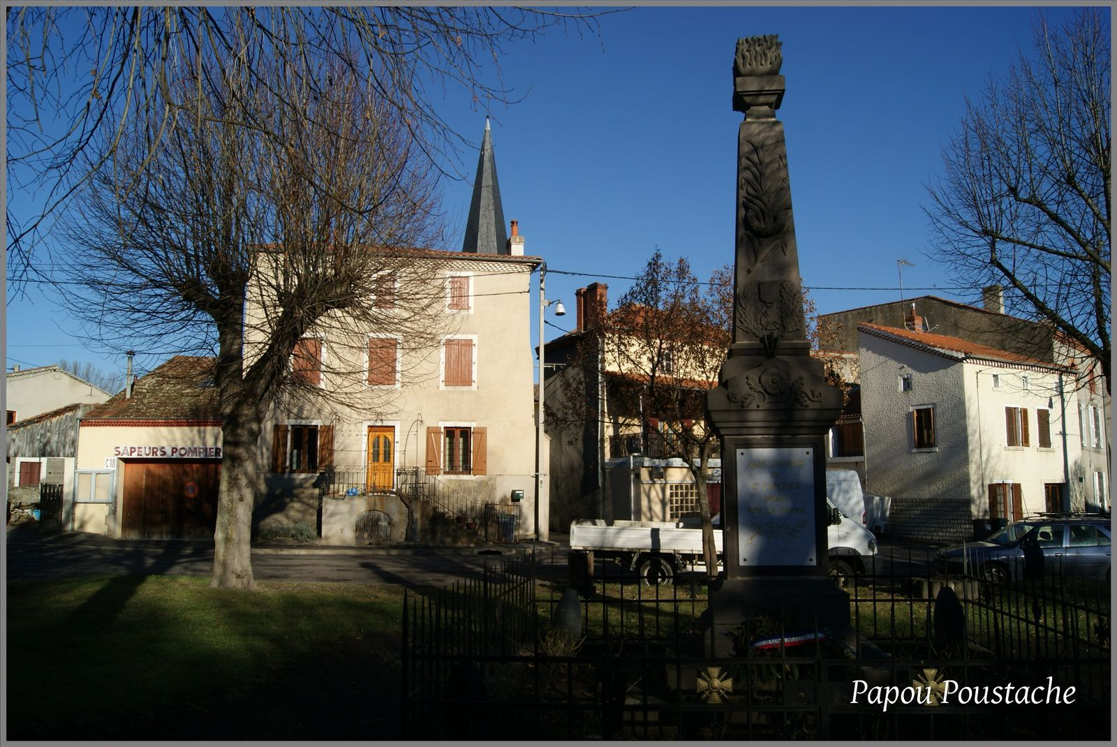 Monument et croix à saint Cirgues