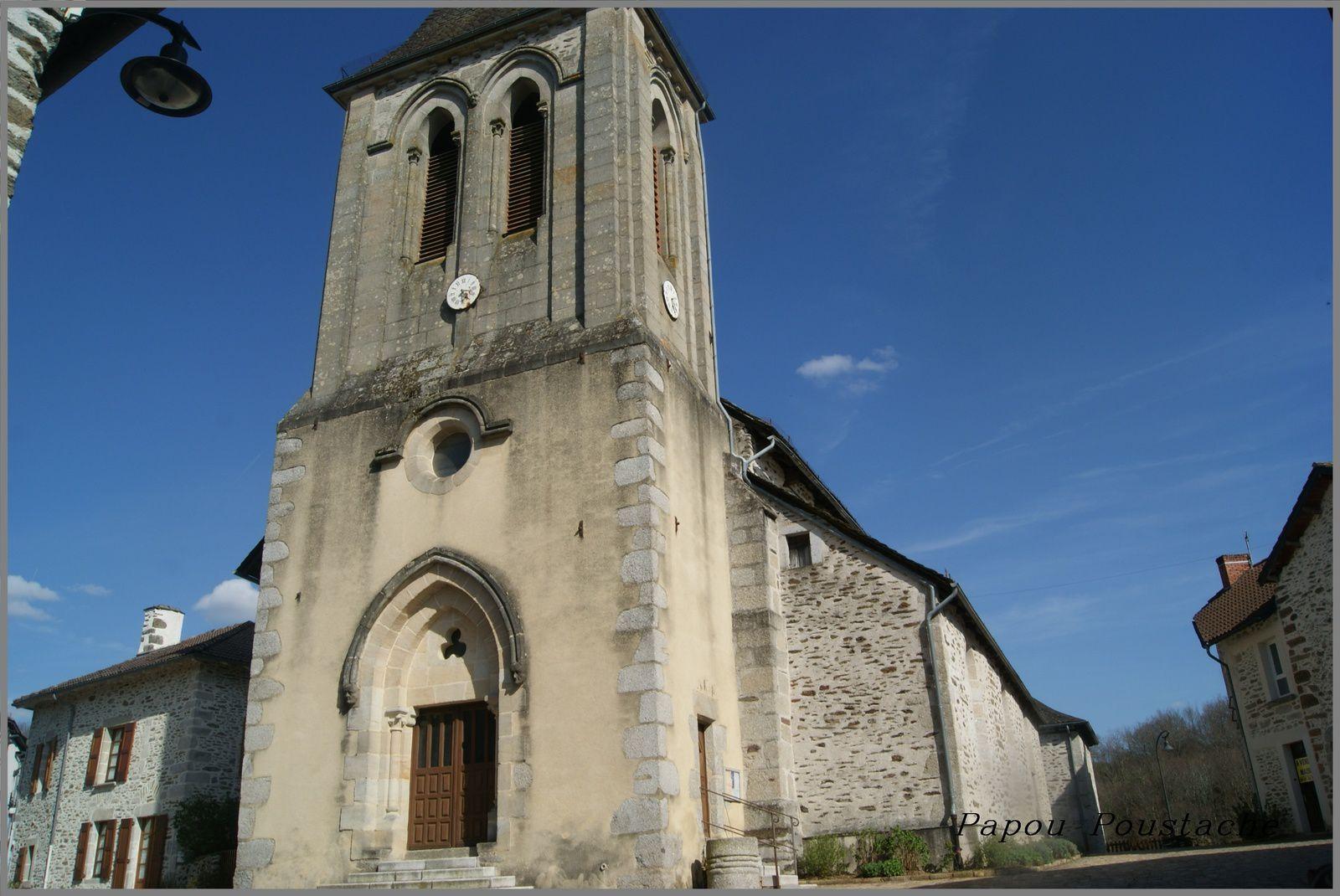 Eglise,monument croix et fontaine à Leynhac Cantal
