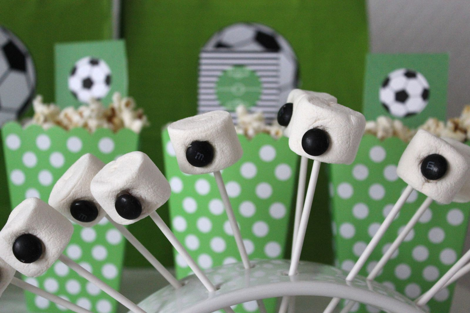 Football party anniversaire football sandra dans tous for Amorce maison pour gardon
