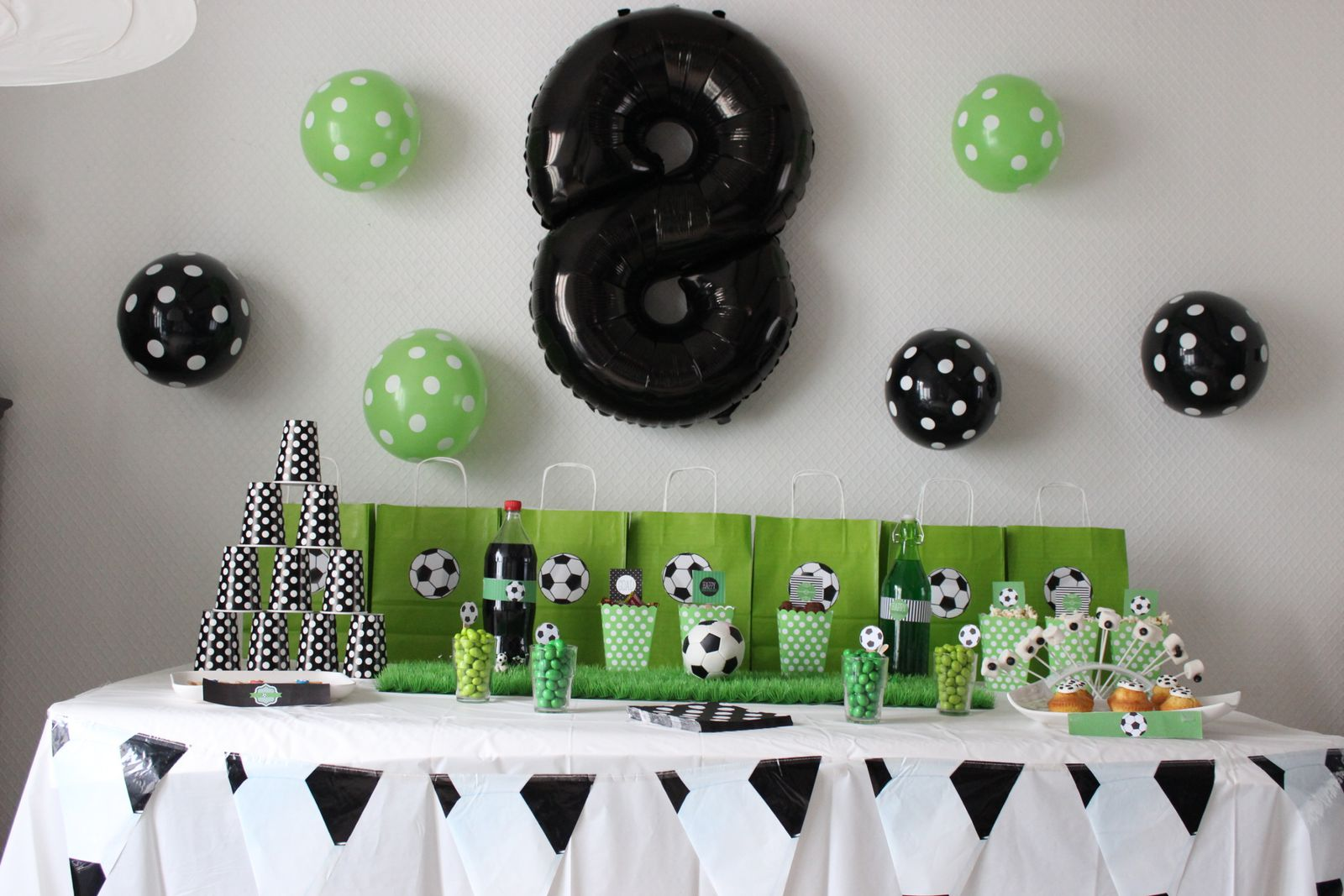 decoration anniversaire garcon 8 ans table de lit a. Black Bedroom Furniture Sets. Home Design Ideas
