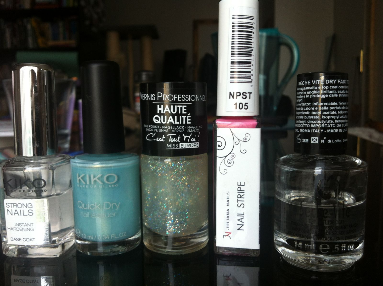 les vernis utilisés, la base : kiko strong nails puis kiko quick dry 834, miss europe n°26, le liner juliana nails 105 et le sèche vite indispensable mais qui pique le nez