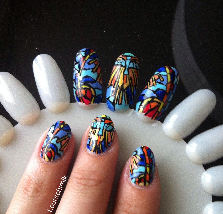 nail art vitrail pour thème médiéval