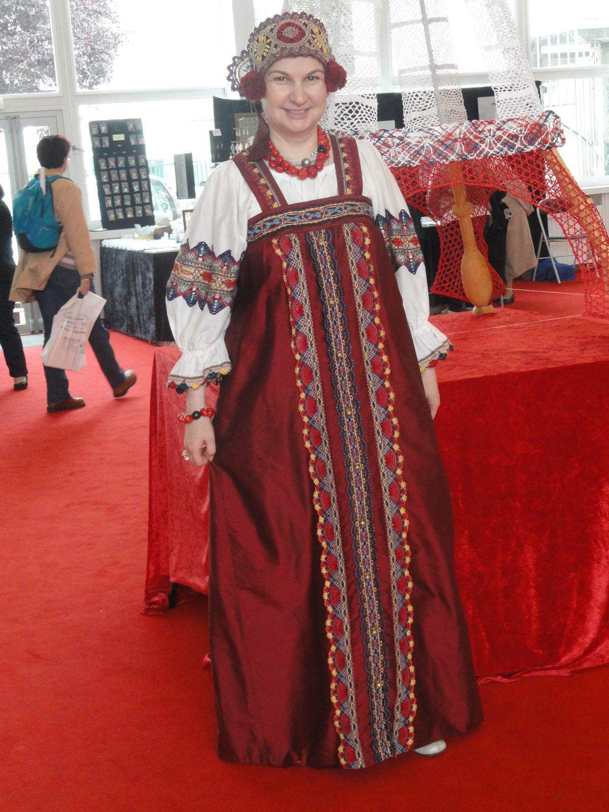 Superbe robe de notre dentelière russe entèrement dentelée par ses soins
