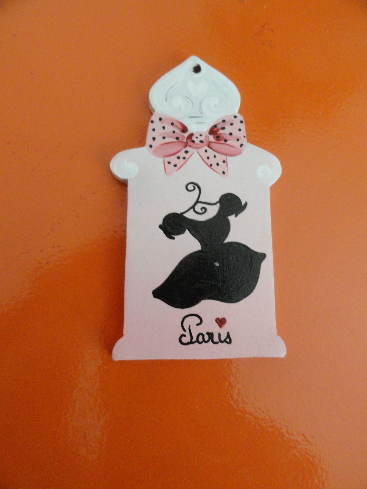 """Tri-fils, charms, et flacon de parfum """"la fameuse petite robe noire"""""""