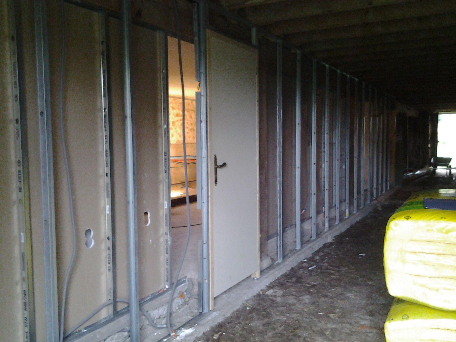 les rails, les montants et la porte de la chambre des garçons sont posé.  Un début de salle de bain arrive. La porte d'entrée a été déplacé.