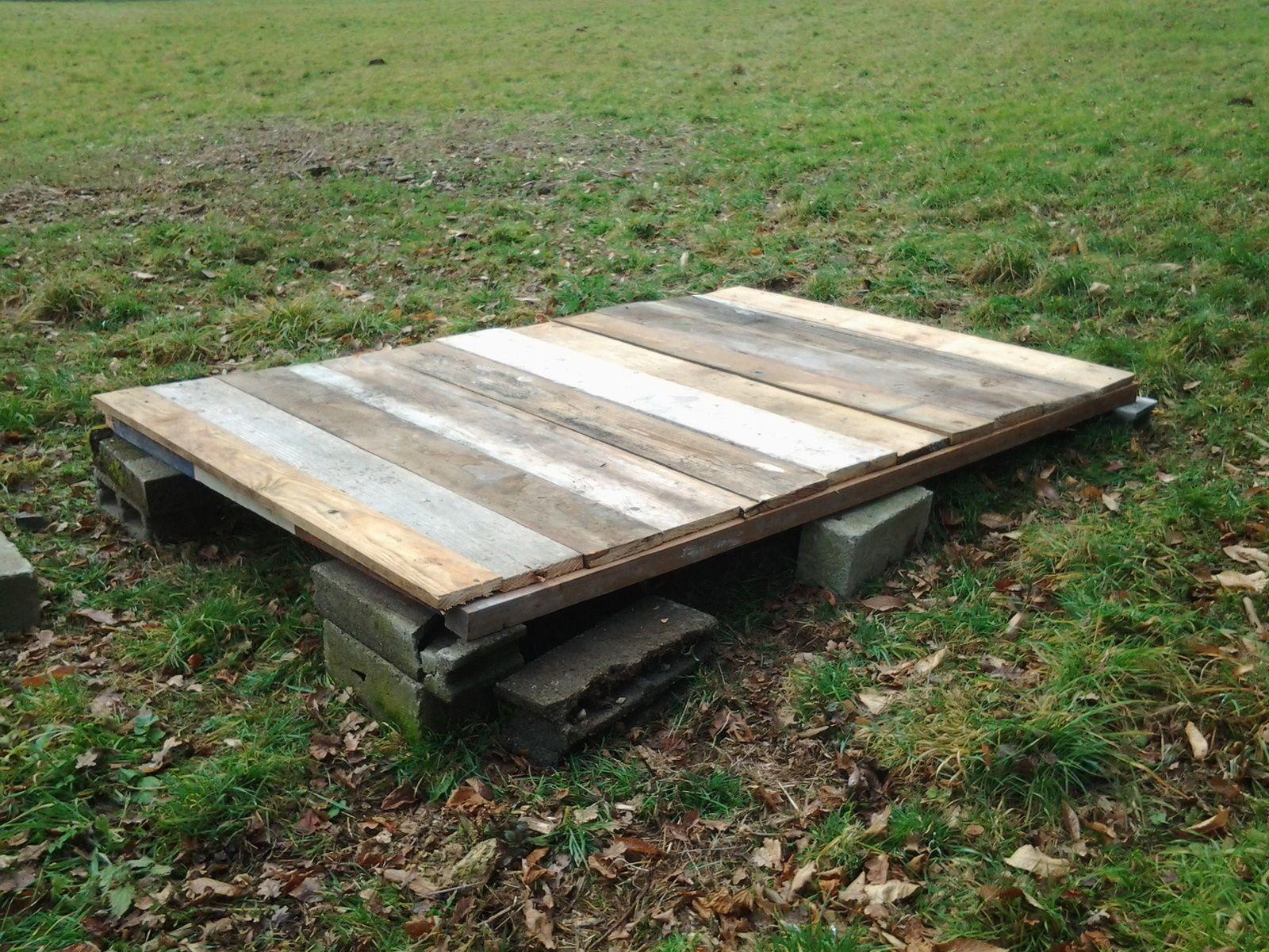 Le plancher de notre poulailler est poser. Nos poules seront libre de balader sur le terrain.