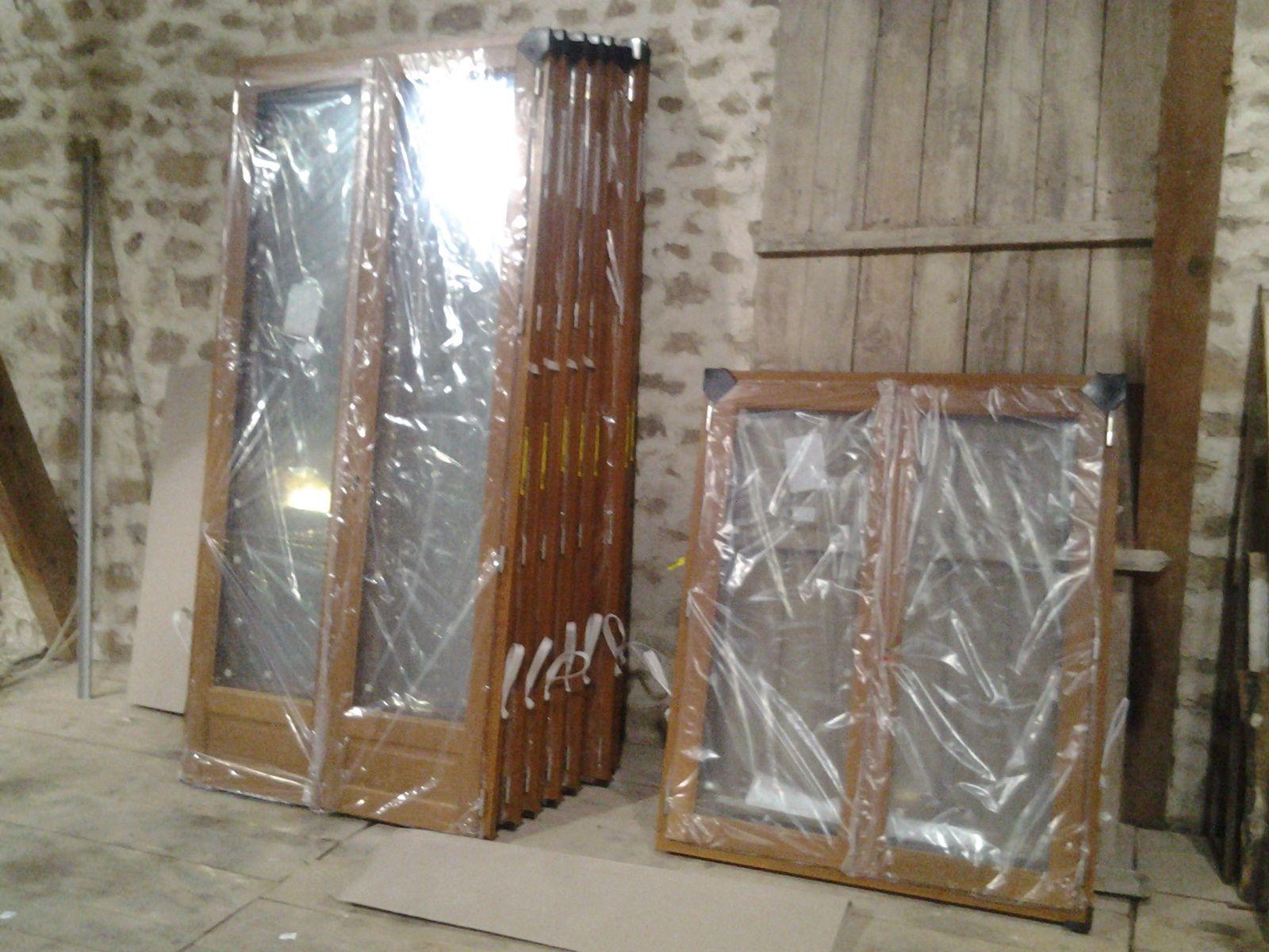 les 9 fenêtres des facades nord et sud sont arrivées.  Double vitrage et chêne.
