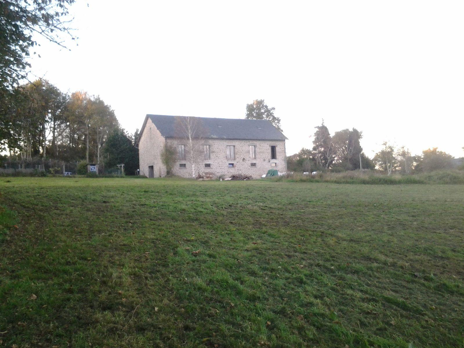 Vu de loin sa ressemble a une maison et plus a une grange.