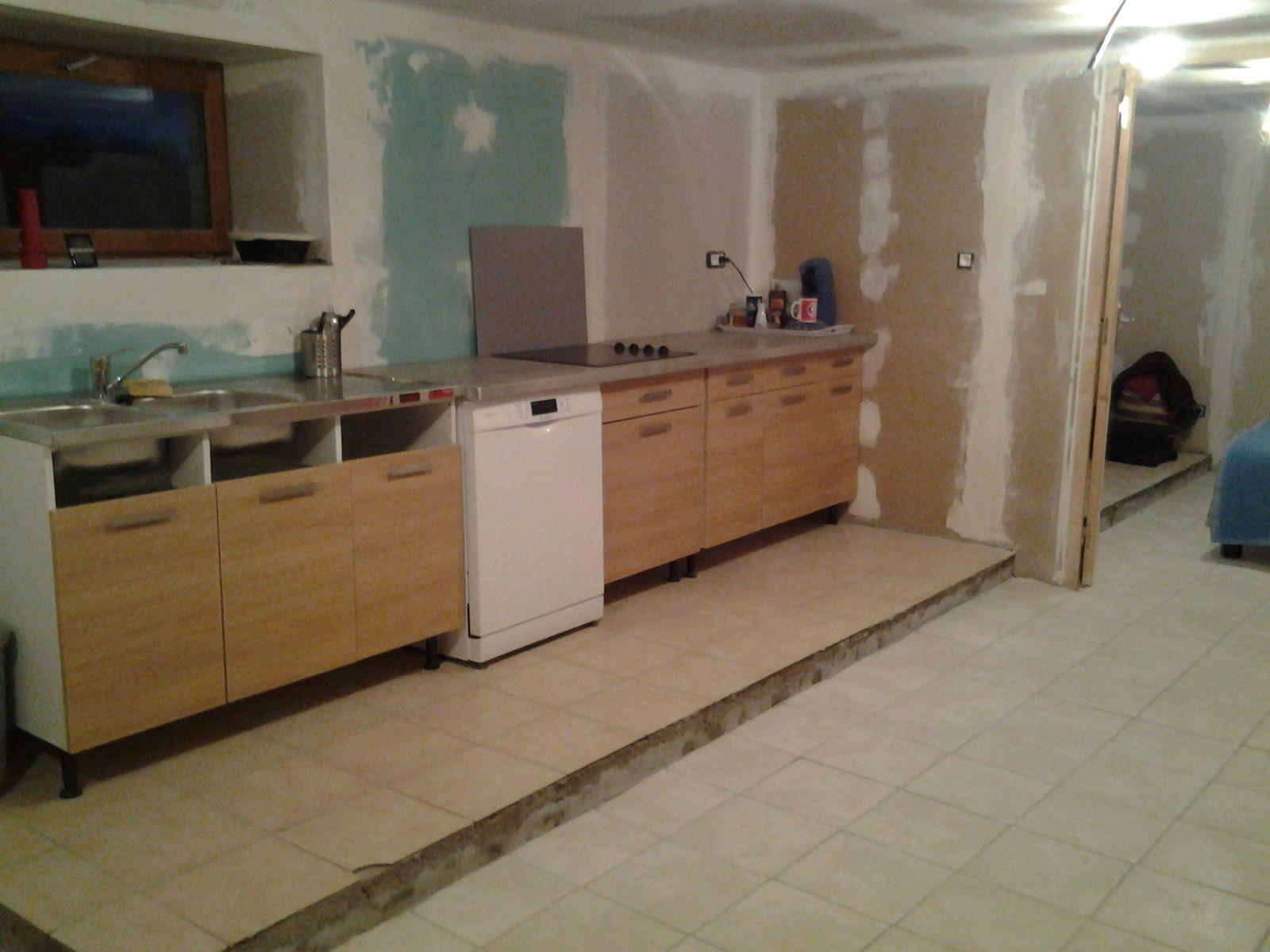 la cuisine est installer en partie et fonctionnel. J'ai installer un petit coin repas.