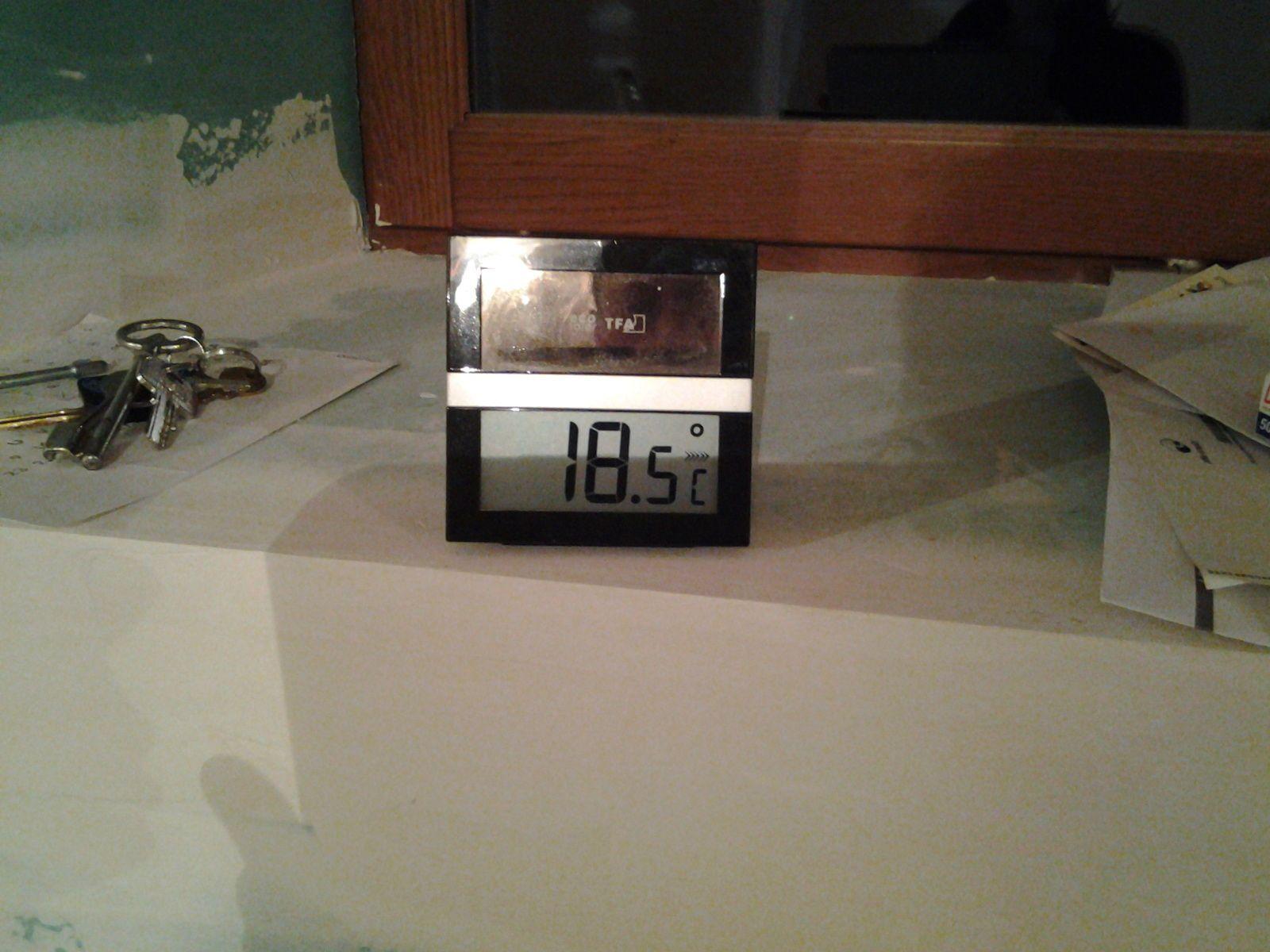 Le radiateur a inertie 2000w branché mais pas encore poser nous rechauffe bien. Nous n'avons pas eu froid pour notre première nuit.