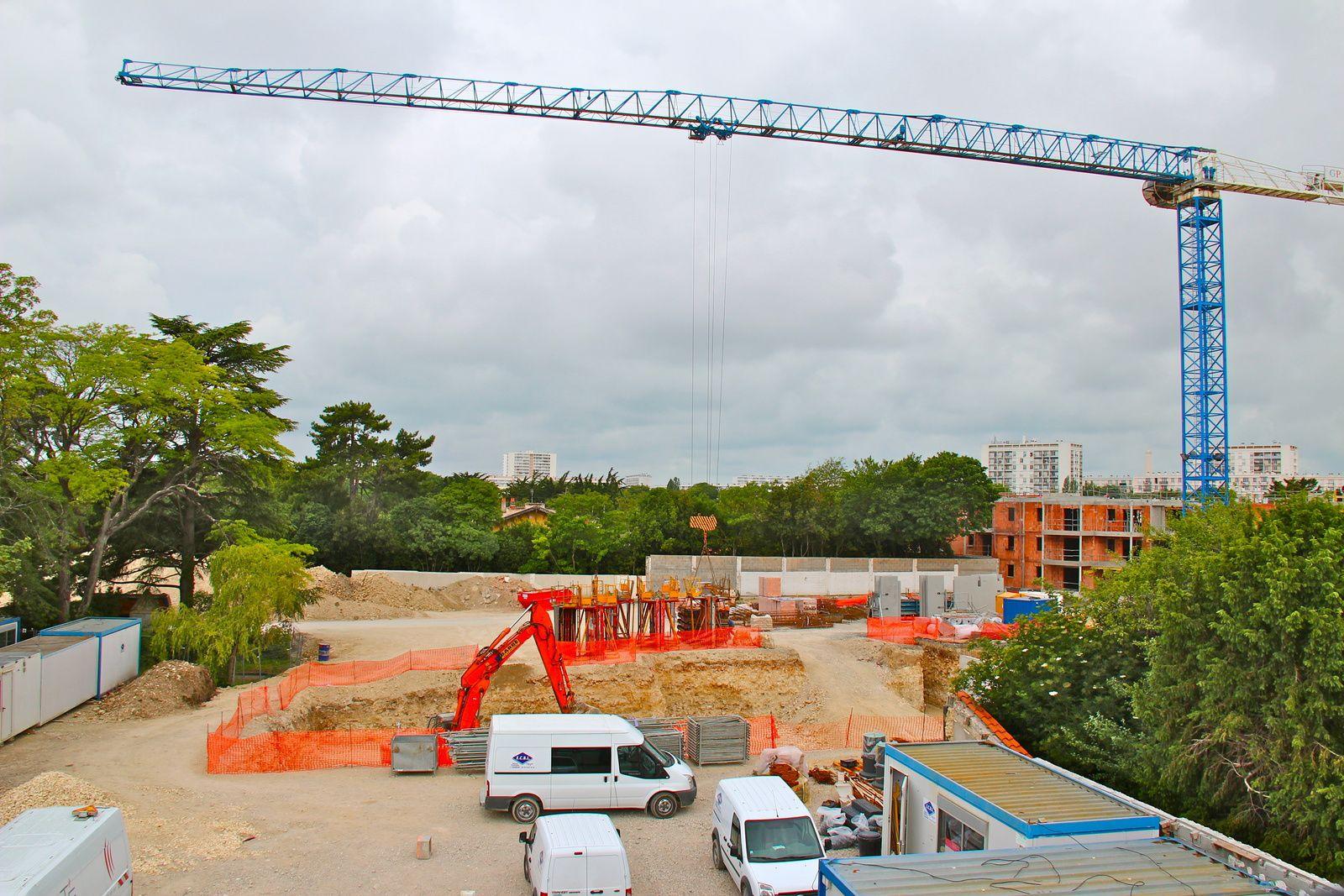 La silhouette d'un projet qui laisse deviner l'implantation et les formes du site en cours de construction.