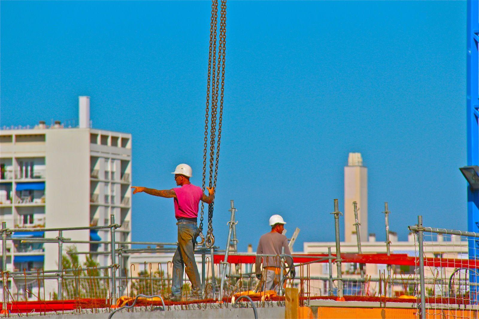 Les photos ci-dessus présentent un aperçu des constructions en cours : 1/ Côté Grasset, bt A5-A6 (sud) - 2/ Sous-sol Bt A3 1er plan, A4 (Sud-Est) - 3/ Sous-sol Bt A3 - 4/ Bt A6-A5 (vue du côté Nord) - 5 et 6/ Les techniciens à l'œuvre.