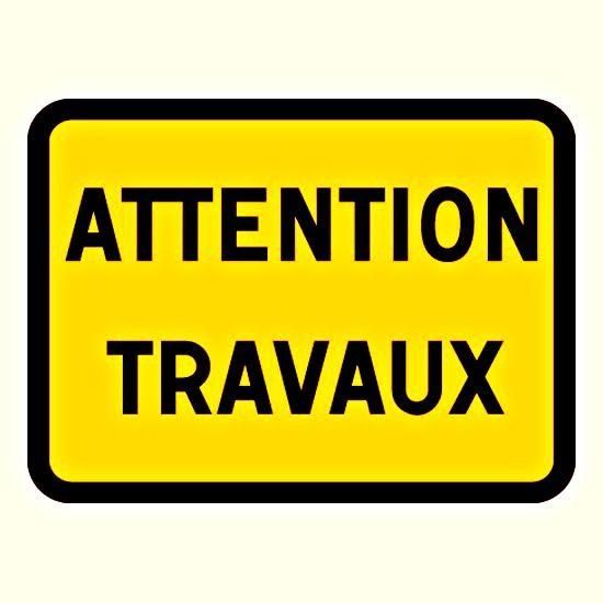 En janvier 2015 , la voie publique (rue E.-Delacroix) a souvent été dépourvue de signalisation réglementaire suffisante.