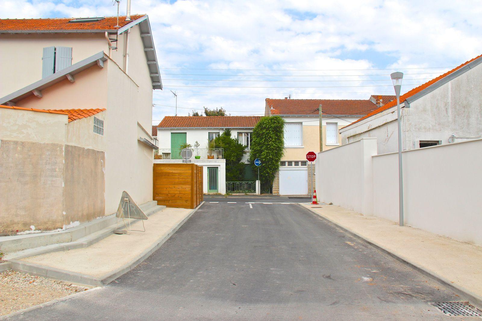 Pour sortir du DED par la rue E. Delacroix, les usagers se trouvent désormais face à un panneau d'obligation de tourner à droite.