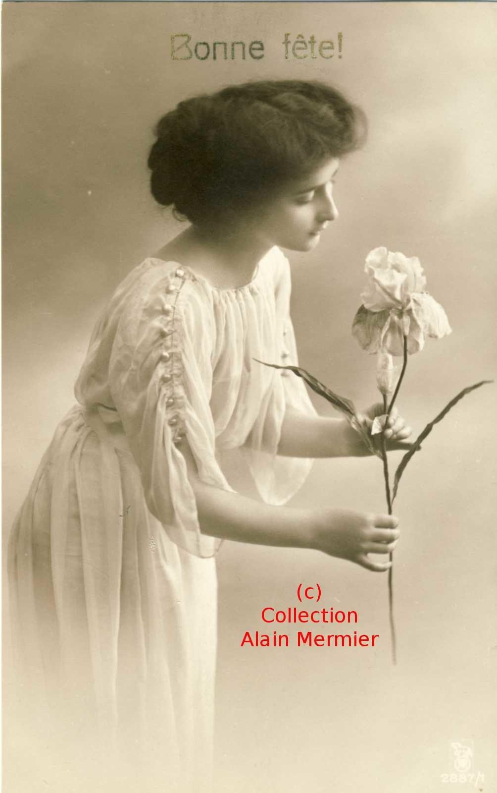 Iris -3559- Colorisée. Bonne fête. Femme sentant un iris. France.1912.