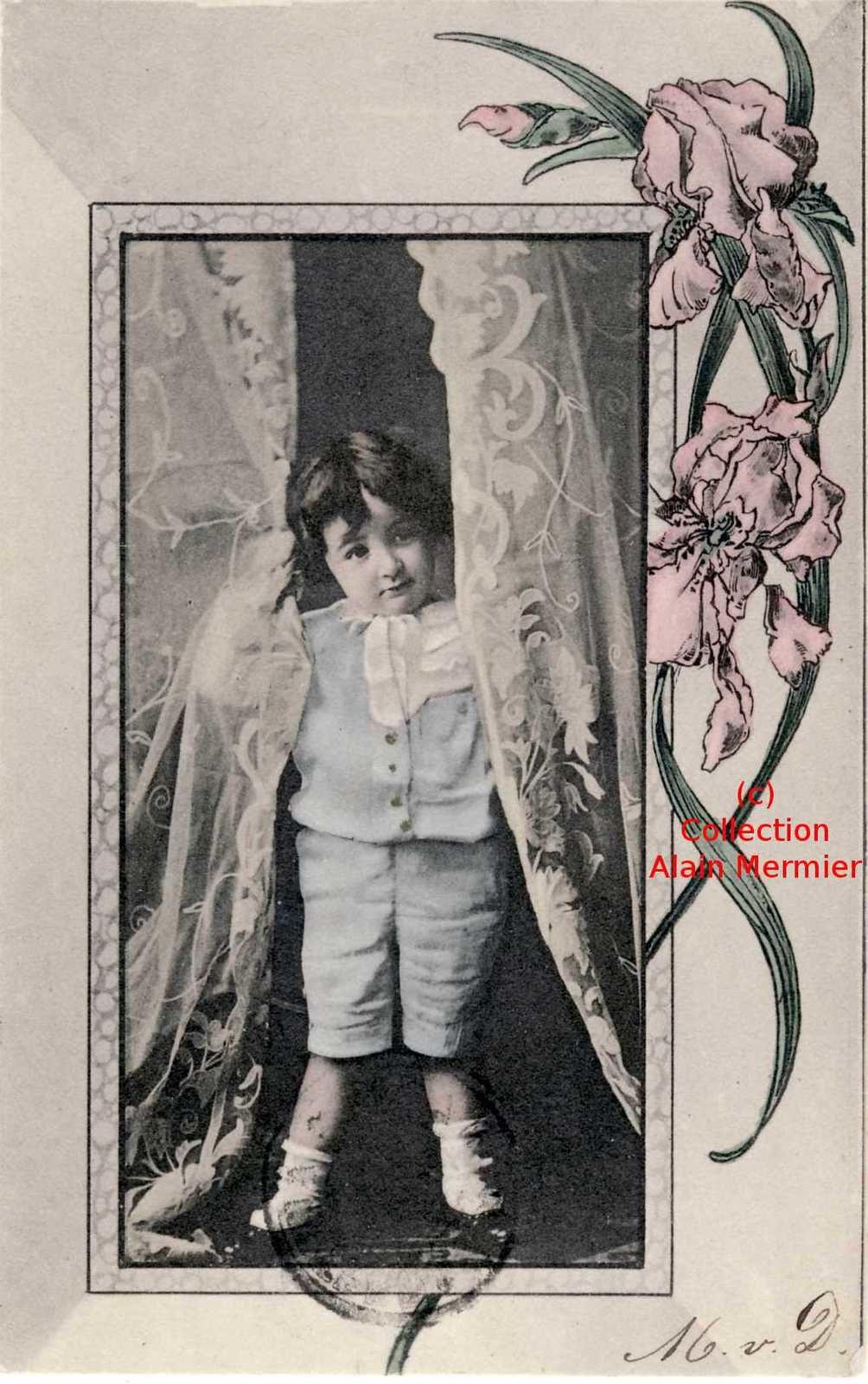 Iris -3648- Enfant ouvrant les rideaux. Hollande. 1903