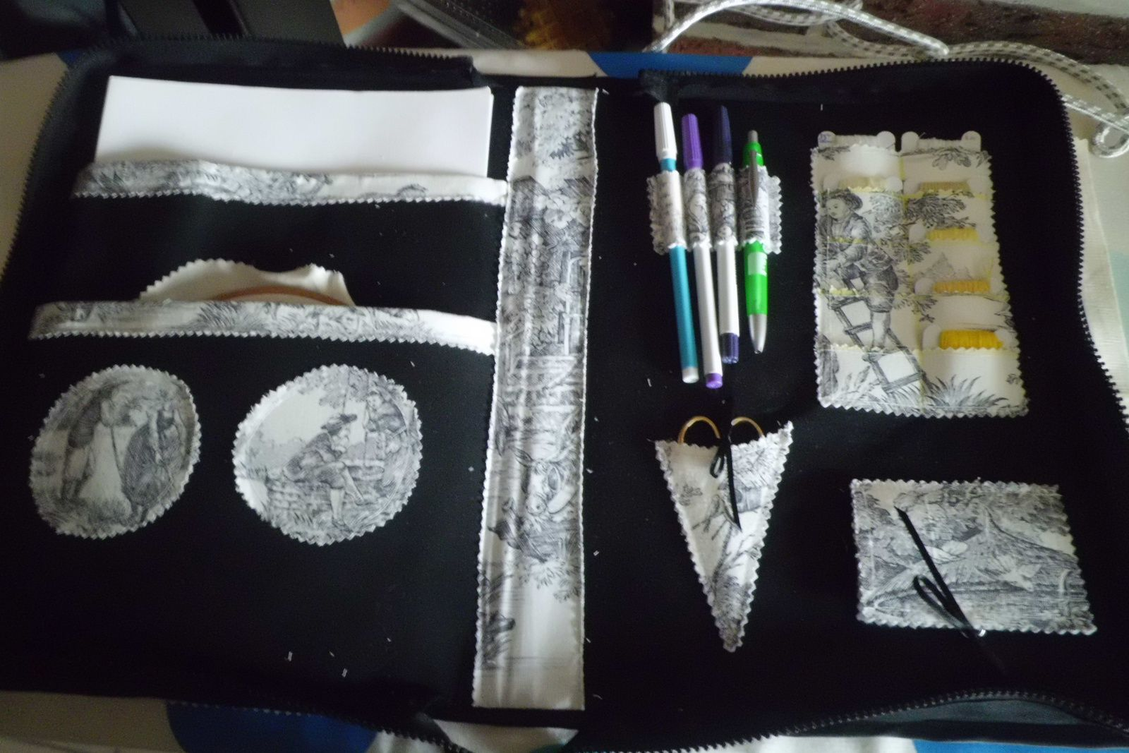 Une trousse de brodeuse / An embroidery kit