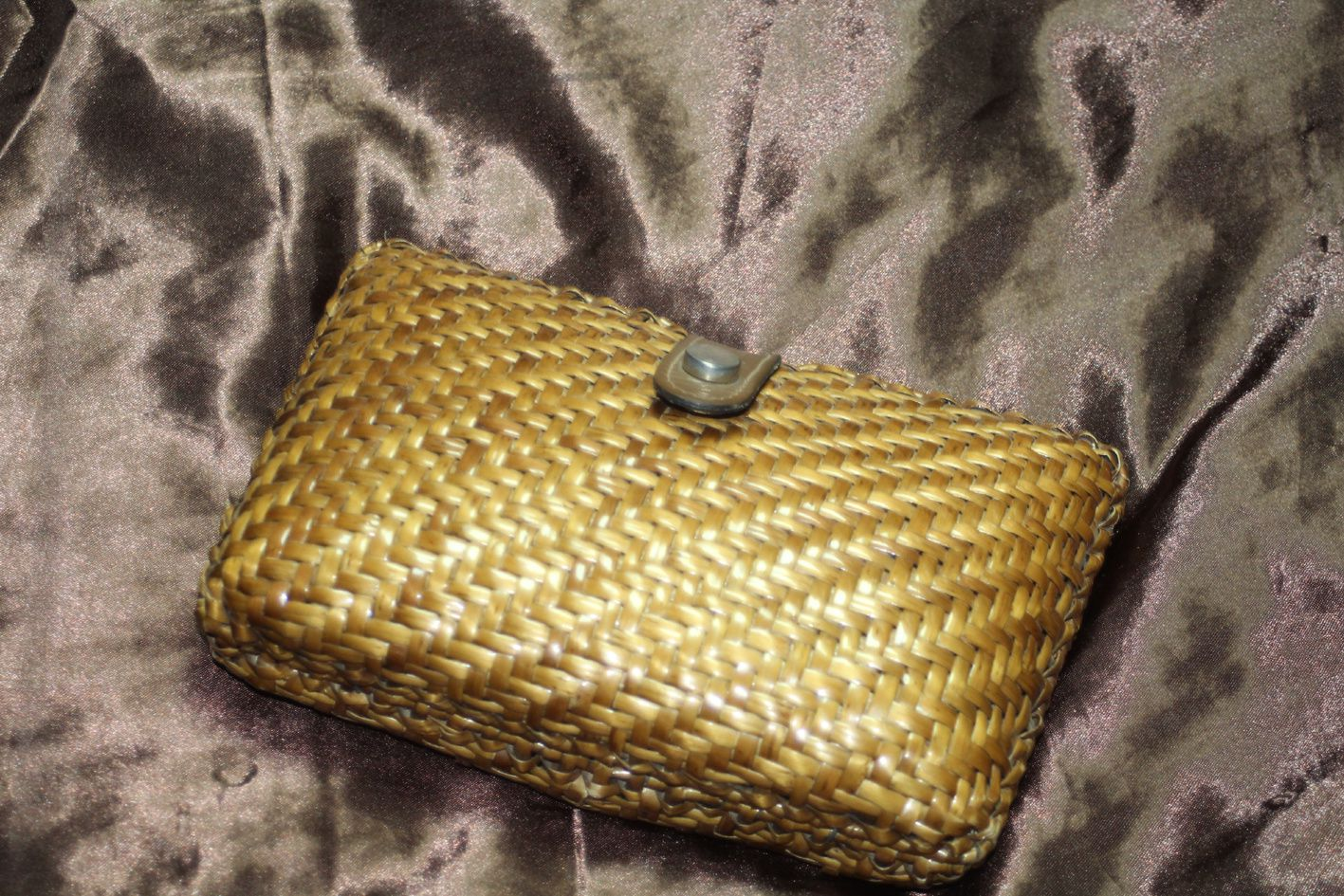 La pochette en rotin, rien a redire sur son état! / The rattan pouch, nothing to say about  its state!