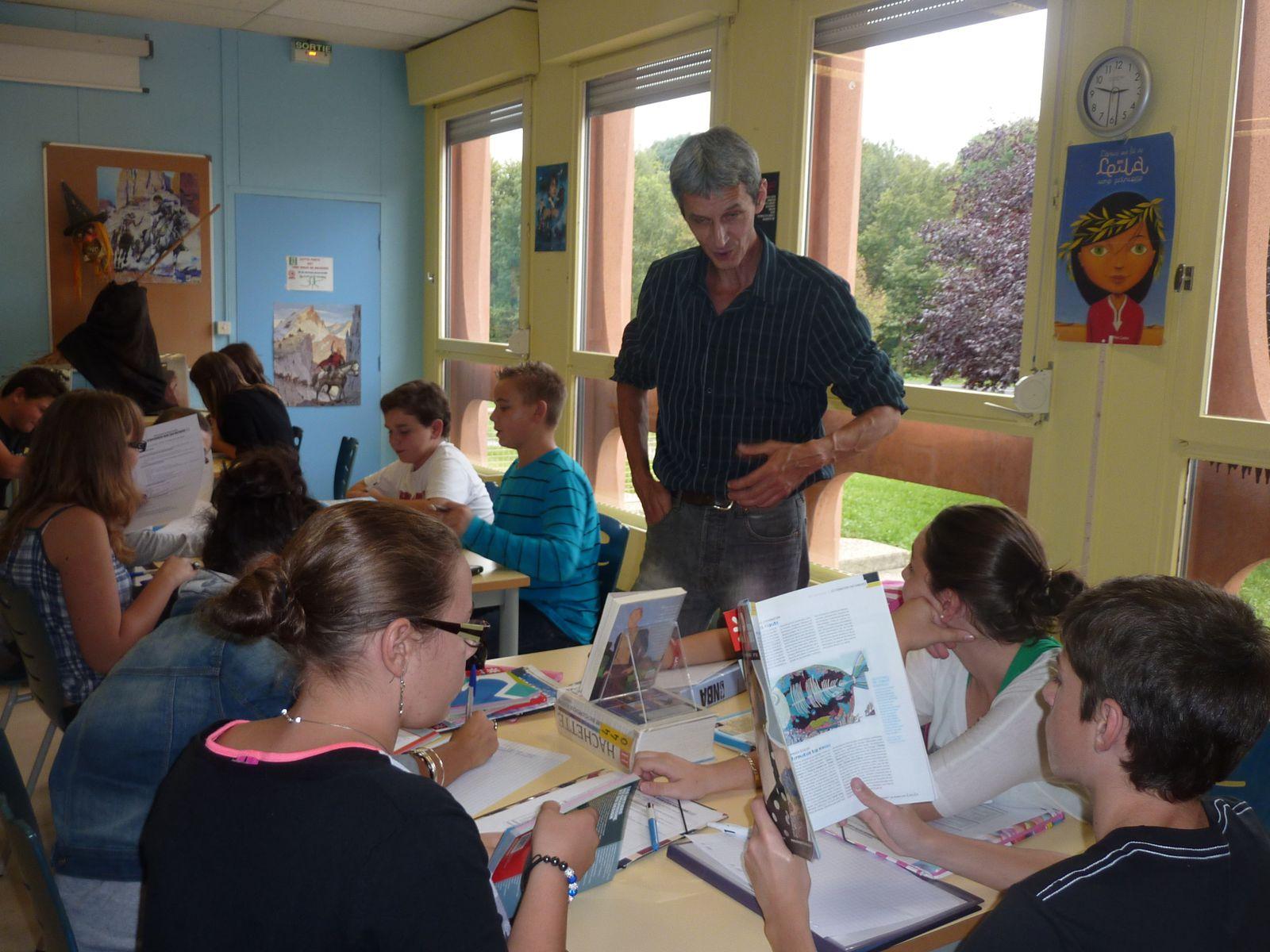 M. Denis BARDET (professeur de français) renseigne les élèves sur la photographie.