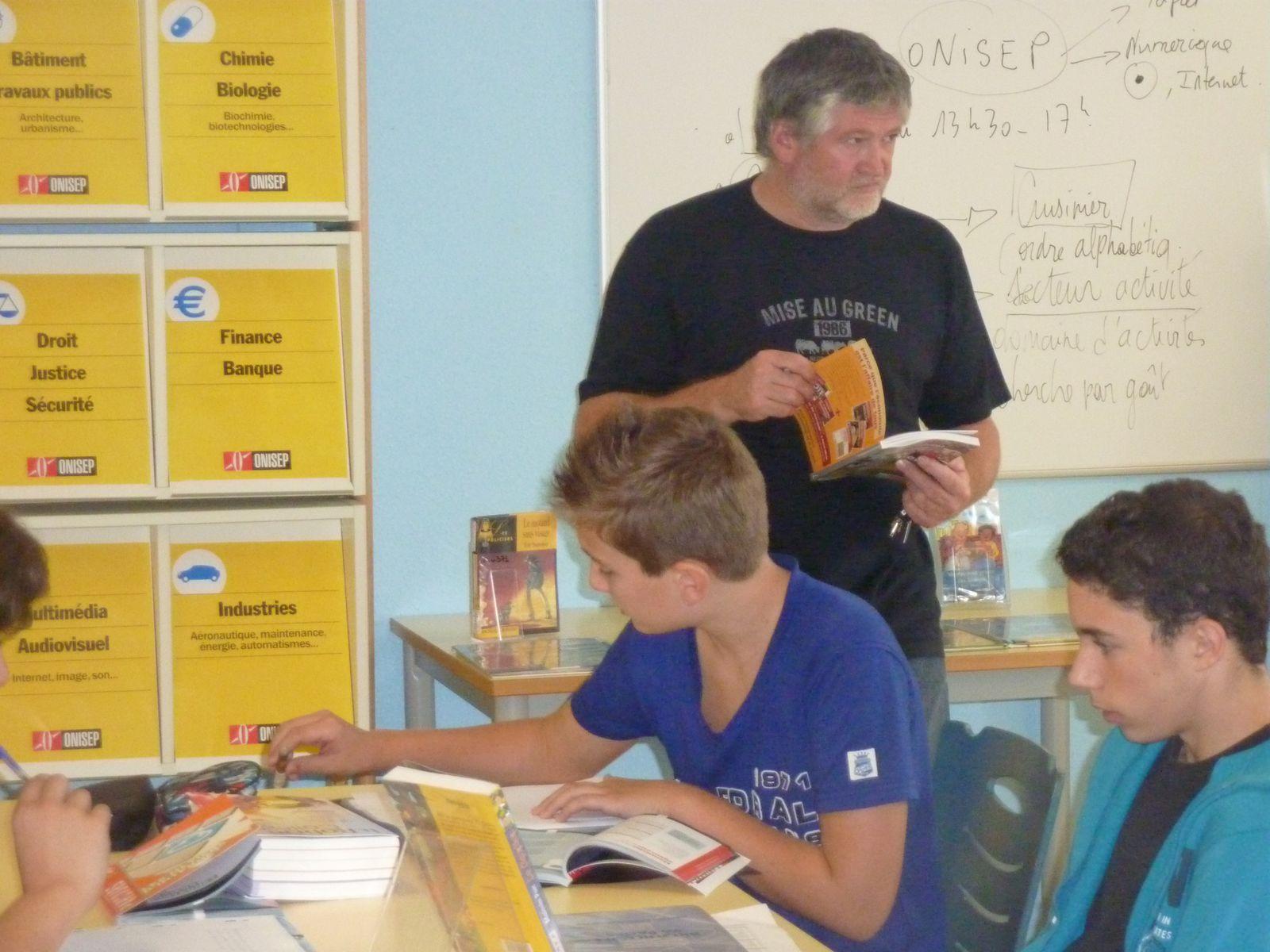M. Hubert CAURO (Education musicale) guide les élèves dans l'index du document.