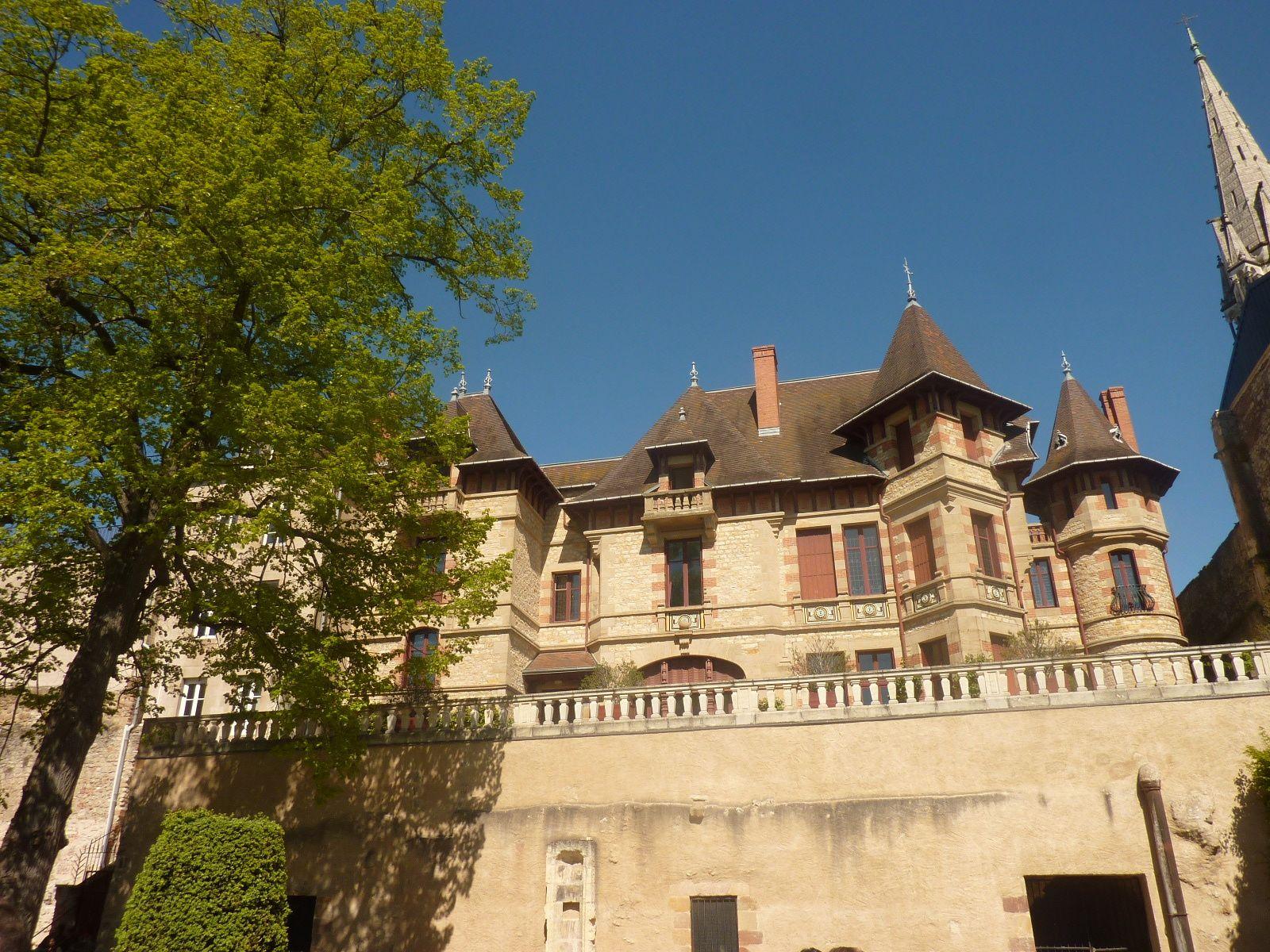 Le palais des Ducs de Bourbons et les jardins : les élèves en balade.