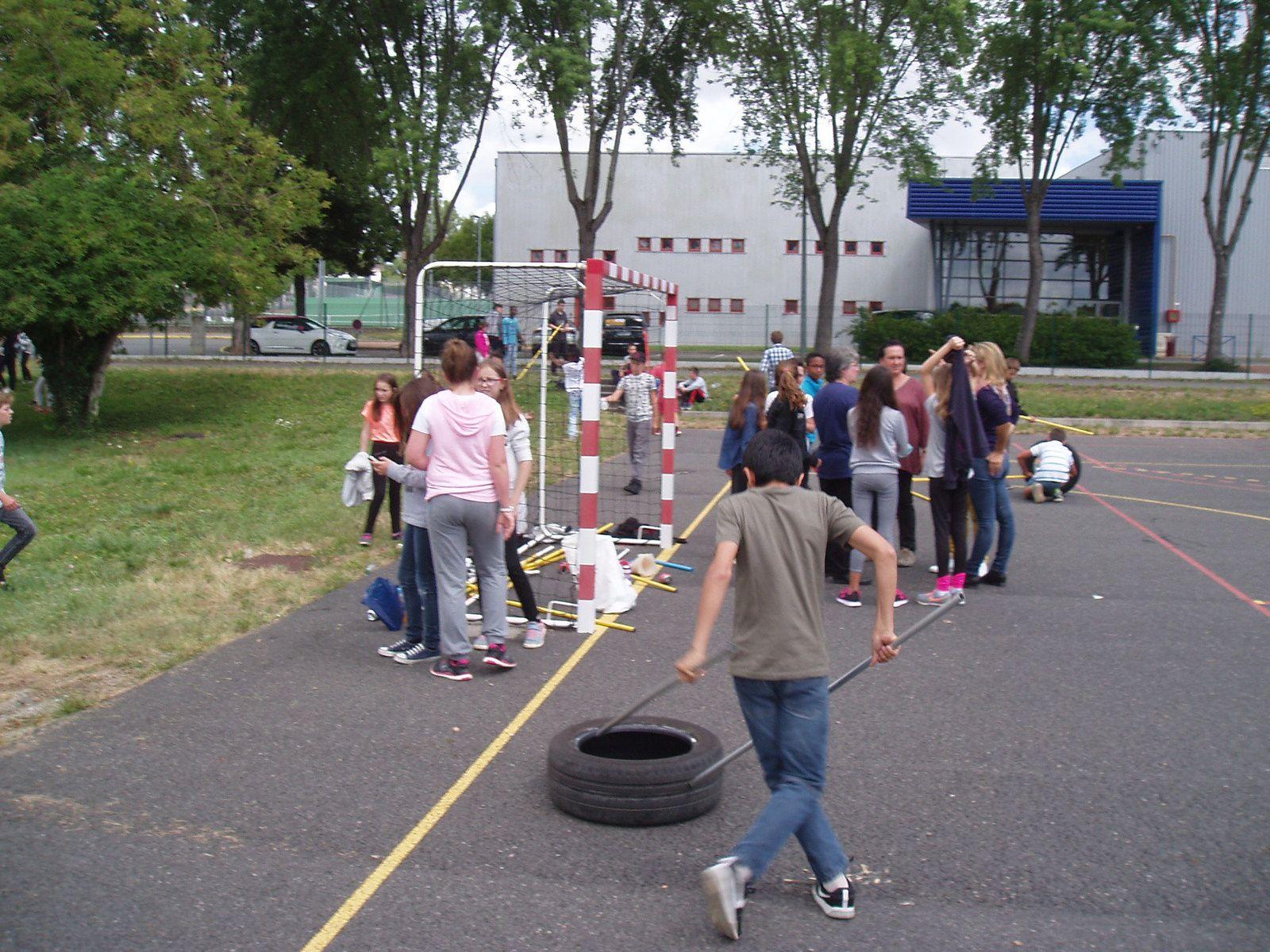 Comme à Mayotte, la course de pneus des 6èmes au collège de St Germain-des-Fossés