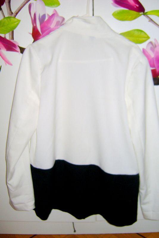 -Veste de costard (H&M) / -Legging noir (H&M) / -Robe en soie (Promod) / -Foulard (H&M) / -Bottines (Modatoi.com) / -Montre (Nixon)