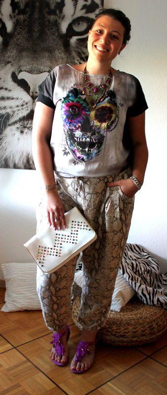 -Pantalon (H&M) / -Tee-shirt (Kiabi) / -Collier (Promod) / -Pochette (Tally Weijl) / -Sandales (H&M)