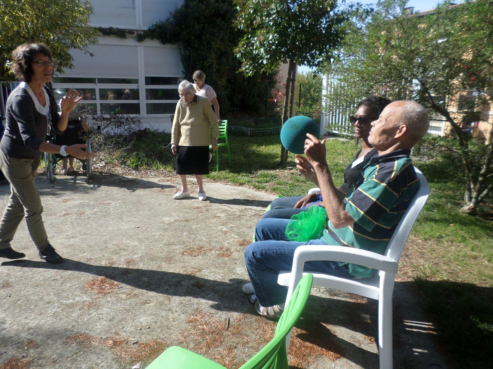 Gym douce et jeu de ballon au jardin