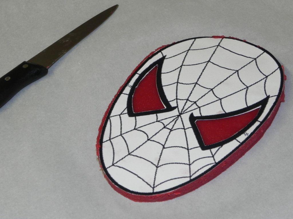 Création de Spider Man en pâte d'amande rouge