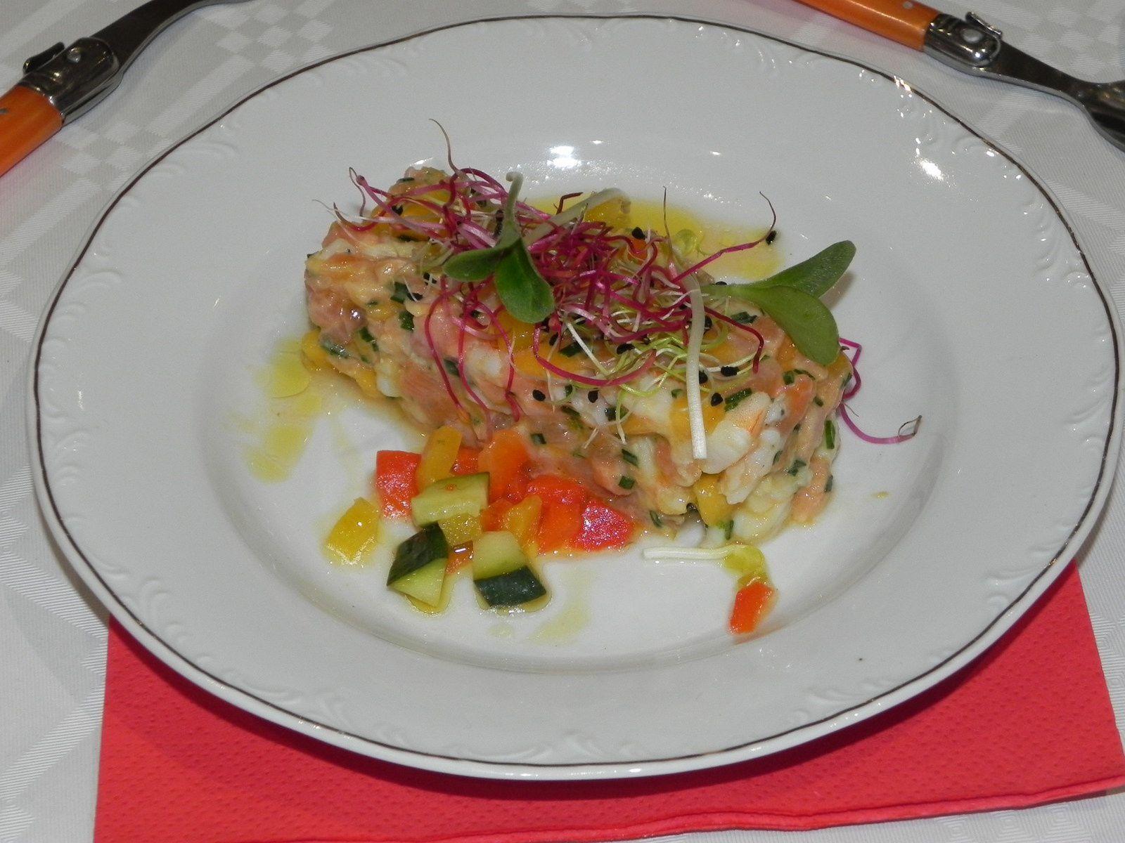 Tartare de crevettes, saumon, mangue, combava et sa vinaigrette arlequin
