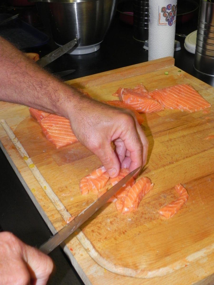 Tailler le saumon en petits dés