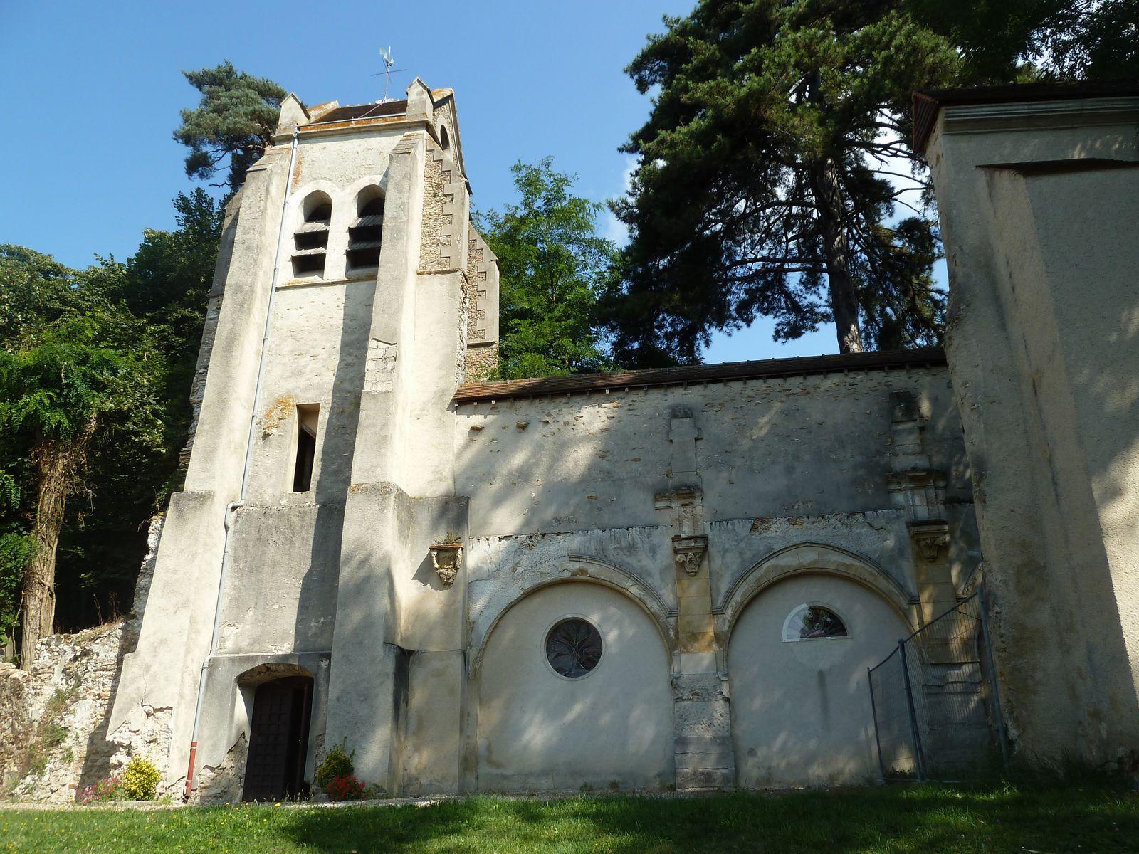 Ruines de l'église de Piscop érigée en paroisse en 1211 et disposait alors d'une chapelle. Une petite église Renaissance a été bâtie à son emplacement au cours du XVIème siècle, comportant une nef de quatre travées, un chœur en hémicycle et des bas-côtés, communiquant avec la nef par des arcades plein cintre. Le clocher en bâtière se dresse au nord de la première travée de la nef. Il comporte quatre niveaux, et l'étage supérieur est percé sur chaque face de deux baies abat-son plein cintre. Les autres baies sont également plein cintre. L'église est abandonnée en 1806, puis finalement remise en état et utilisé de nouveau pour le culte à partir de 1840. L'effondrement du toit en 1955 met définitivement un terme à l'utilisation de l'église. Le clocher reste intact, mais seuls le mur nord de la nef, le mur du chœur et environ la moitié du mur sud de la nef subsistent. Ces vestiges ont bénéficié d'une restauration en 1985 en vue de les pérenniser en l'état. Les arcades ont été bouchées pour des raisons de stabilité.