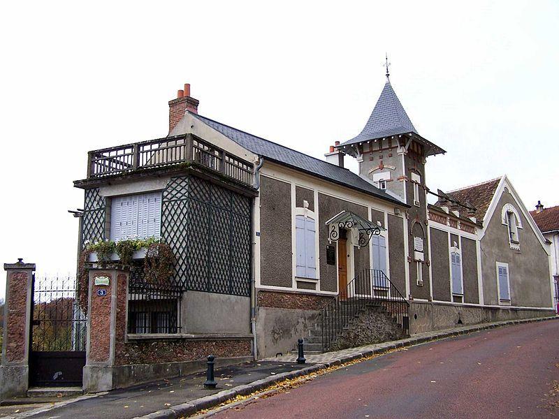 Maurice Ravel vécut à Montfort entre 1921 et1937. C'est là qu'il composa Tzigane, l'Enfant et les Sortilèges, le boléro, le Concerto pour la main gauche en ré majeur, le concerto pour piano et orchestre en sol majeur. Musée depuis 1973, elle se visite sur RV.