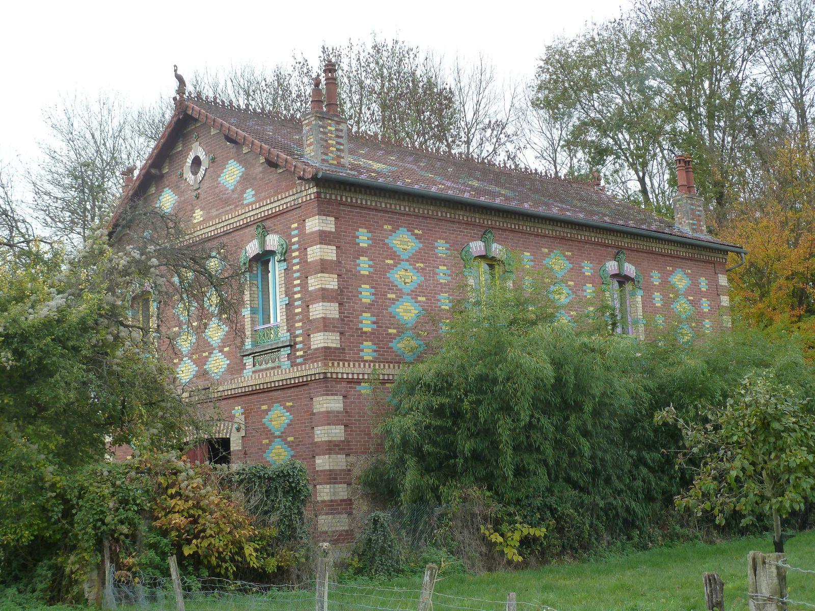 Jolie maison en briques colorées sur le bord de l'eau.