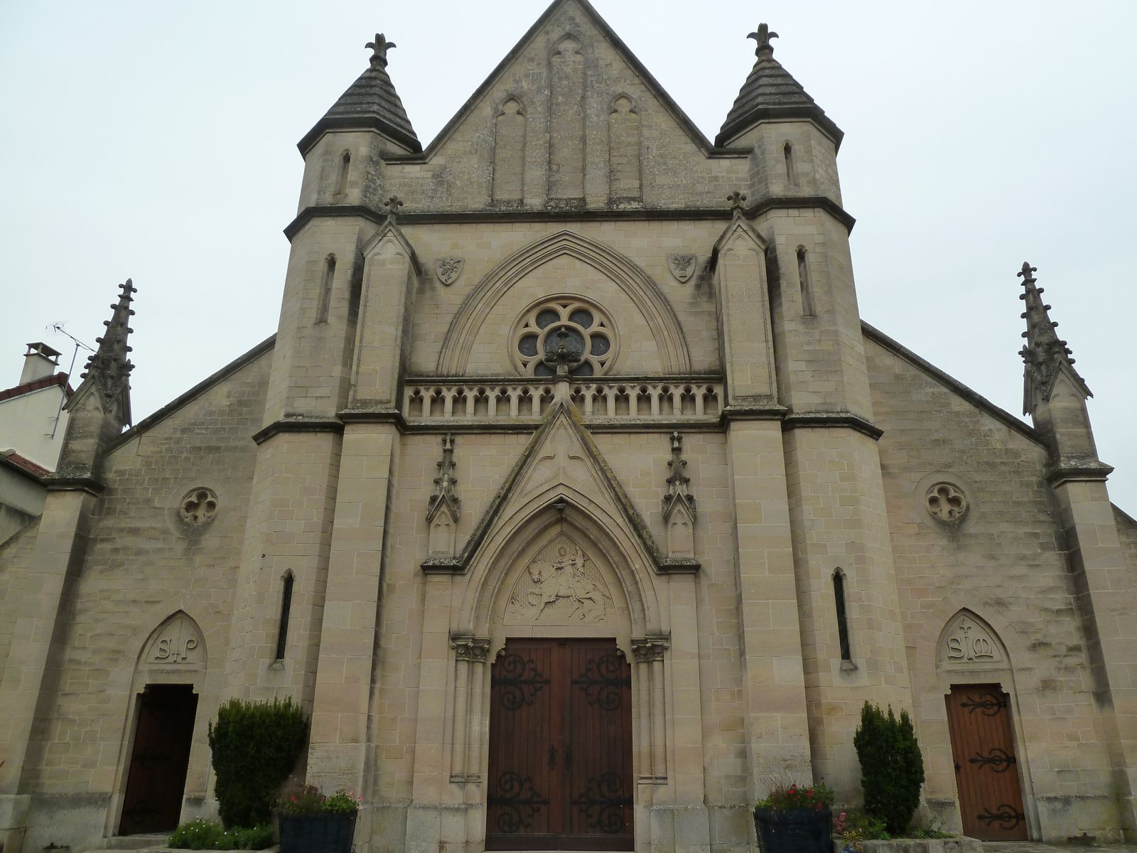 Saint-Martin érigée au début du XIIIème siècle, elle fut plusieurs fois remaniée au cours des siècles est sa façade entièrement transformé en 1904.
