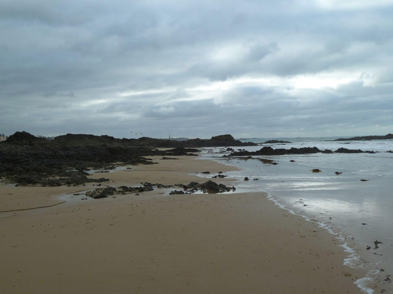 Malgré un temps un peu agité, nous sommes partis de cette magnifique plage à marée basse pour une grande promenade...