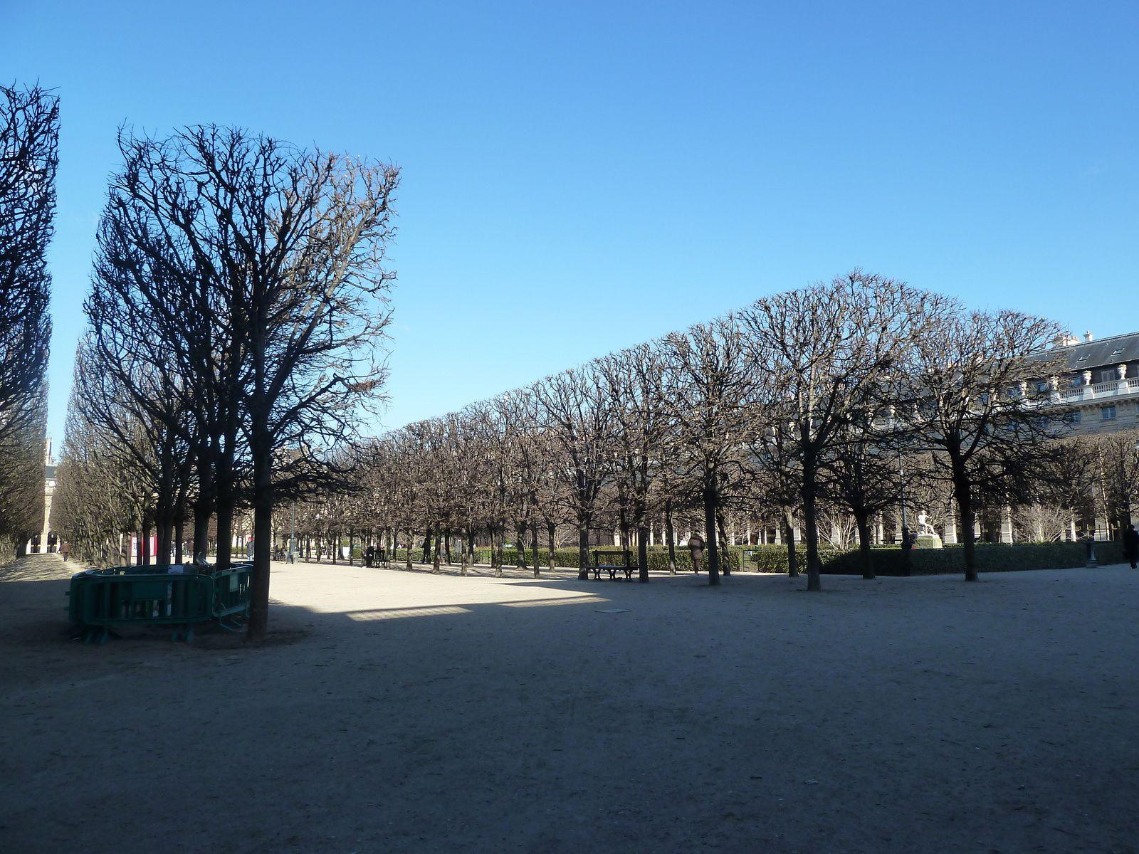 Jardins du Palais-Royal. Les jardins furent décidés par le cardinal de Richelieu pour ornementer le Palais-Royal et furent réalisés par Pierre Desgotz, le jardinier du roi. Le palais et les jardins furent légués à Louis XIII à la mort du cardinal et la famille royale s'y installa. Il fut modifié sous Charles X pour lui donner son aspect actuel, avec les galeries et les tracés des allées.