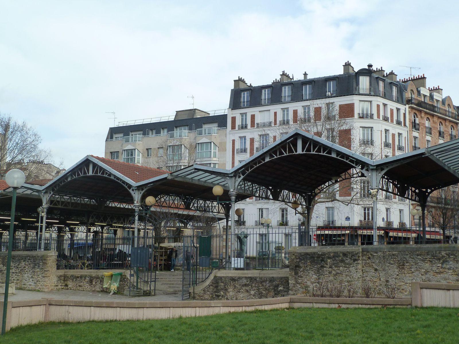 De l'ancien marché ont été gardées les portes monumentales et deux bâtiments.