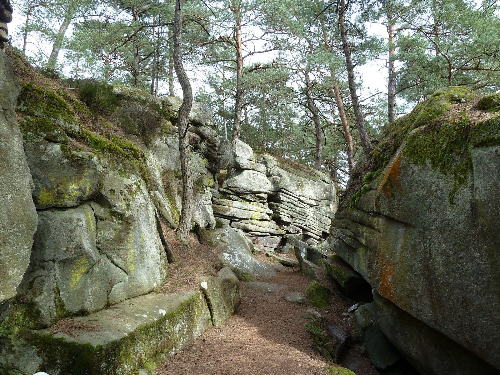"""Des chaos de rochers éclatés et les """"Roches qui tombent""""."""