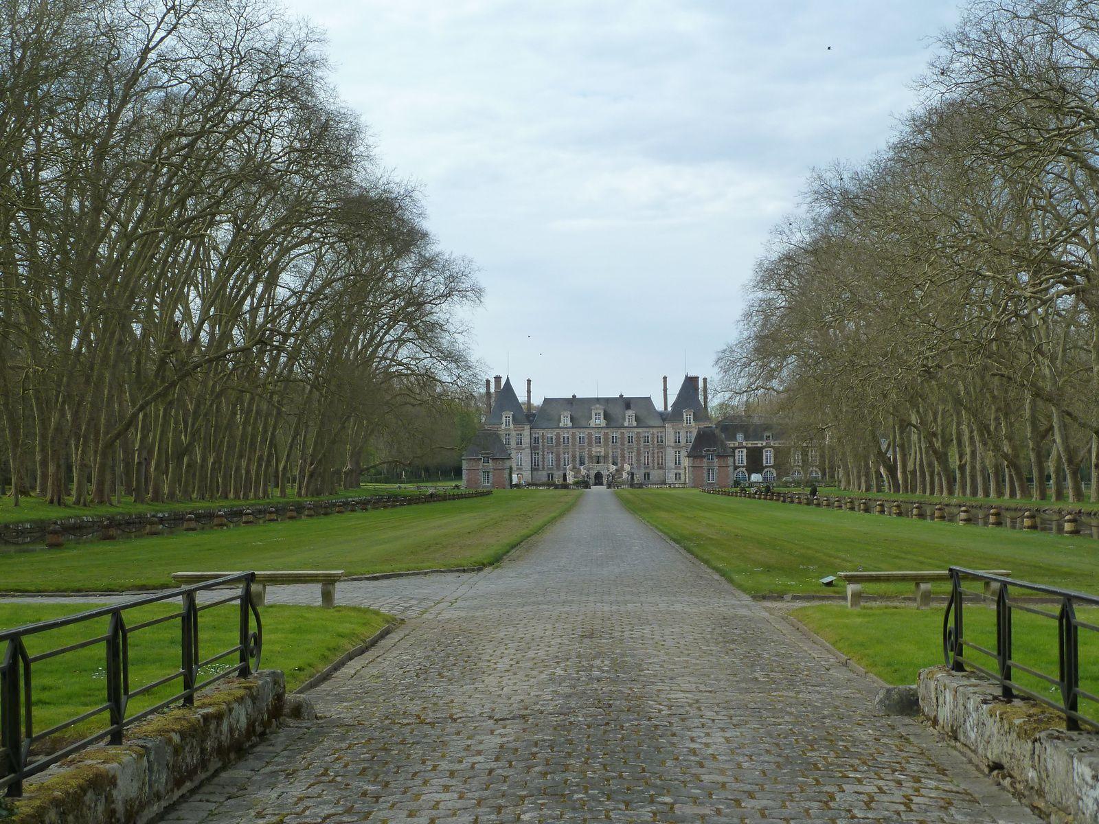 Un château Louis XIII toujours habité, construit entre 1622 et 1630 par Claude Ier Gallard, le château de Courances a connu de nombreux changements au fil des siècles. Cliquez sur le lien ci-dessous pour une visite du domaine...