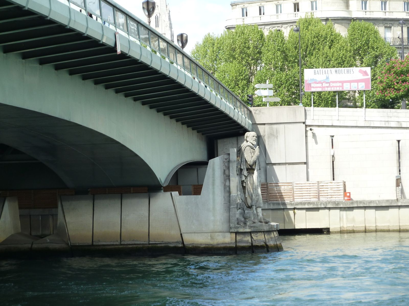 Nous faisons un bref coucou à notre chère demoiselle avant de descendre sur le quai rive gauche, au pont de l'Alma dont le zouave trône fièrement les pieds au sec..