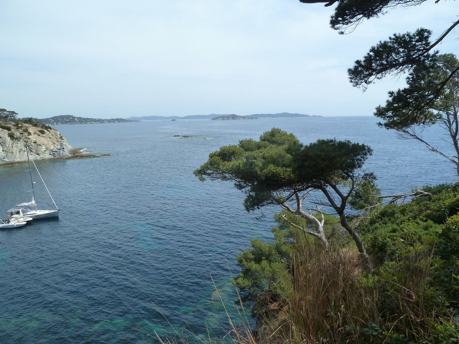 La Pointe du Pignet, au large sur la deuxième photo, l'Ecueil de Nidan.