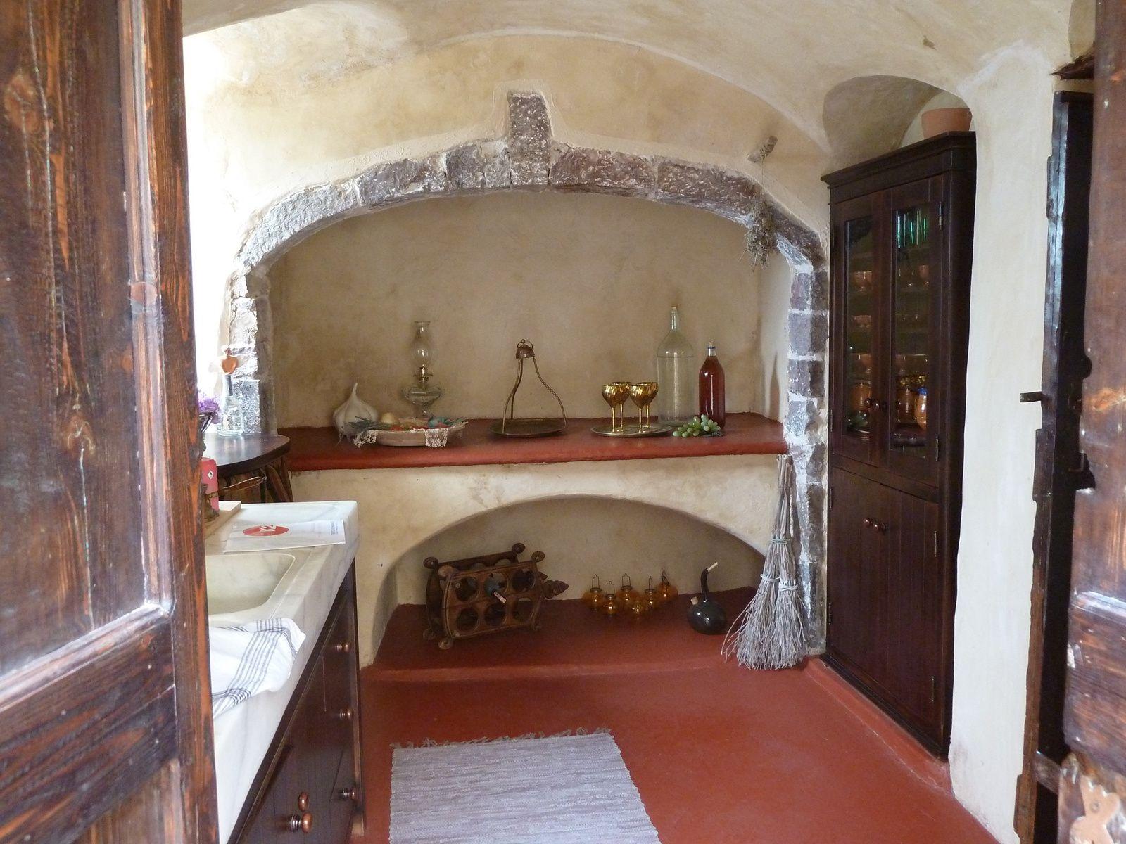 La tour abrite une collection est un atelier de Tsabouna, un instrument a vent traditionnel grec de la famille des cornemuses ainsi que des percussions et flûtes grecques.