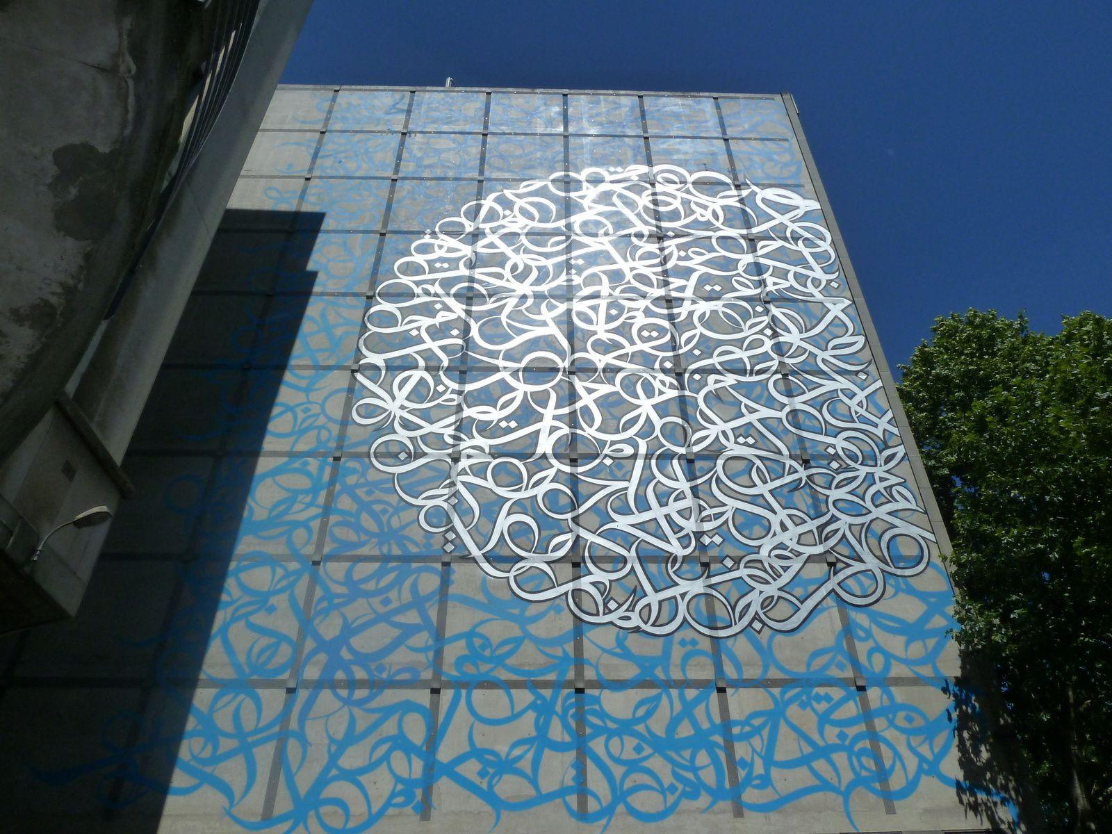 Grande fresque d'eL Seed ornant un des murs de l'Institut du Monde Arabe, inaugurée le 12 juin dernier.