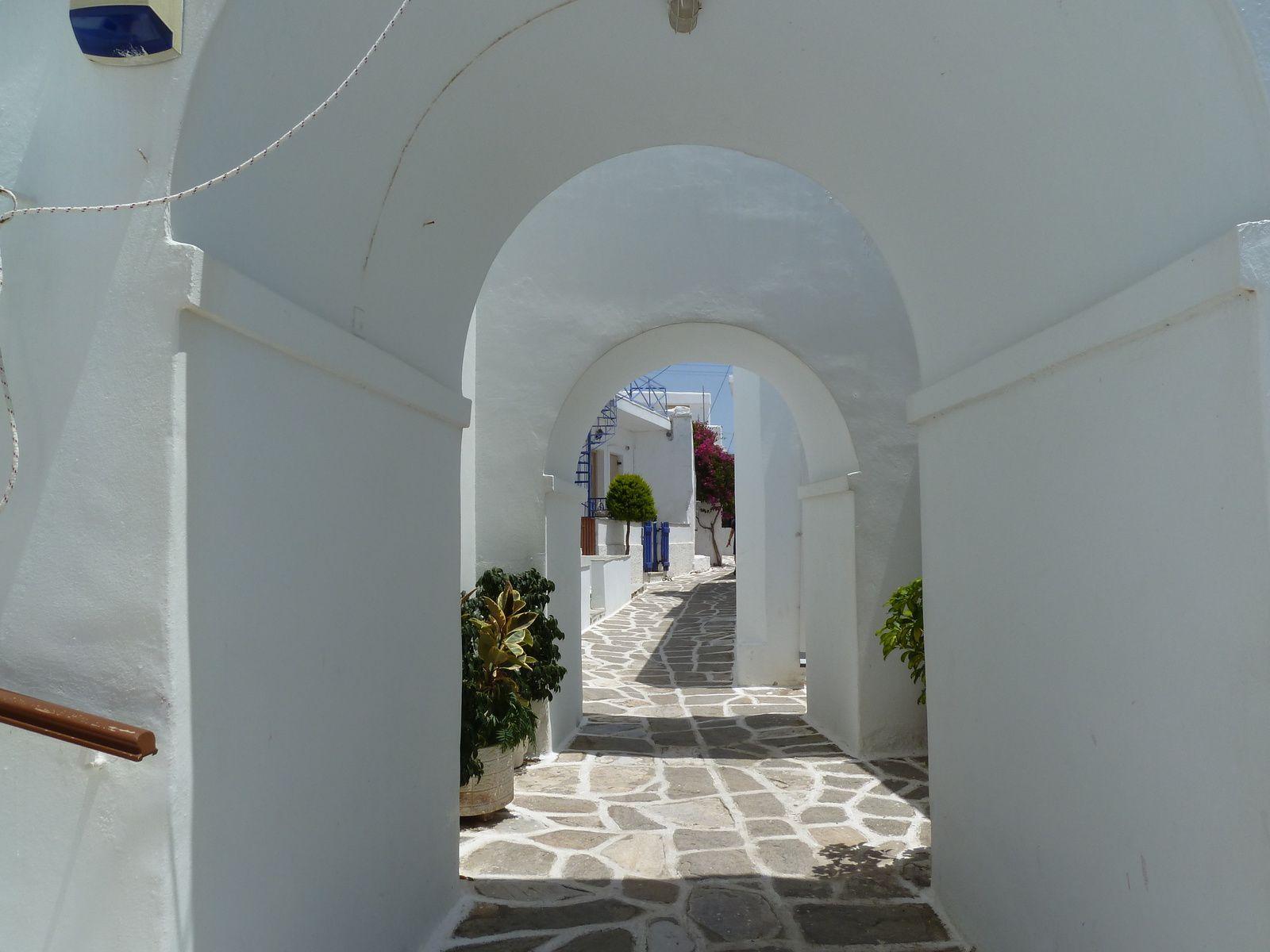 Après deux petites heures de marche nous arrivons dans le charmant et pittoresque village de Prodromos avec ses petites maisons blanches, la ville tire son nom de l'église paroissiale d'Agios Ioannis Prodromos (XVIIème siècle) alors qu'au Moyen-âge il s'appelait Dragoulas.