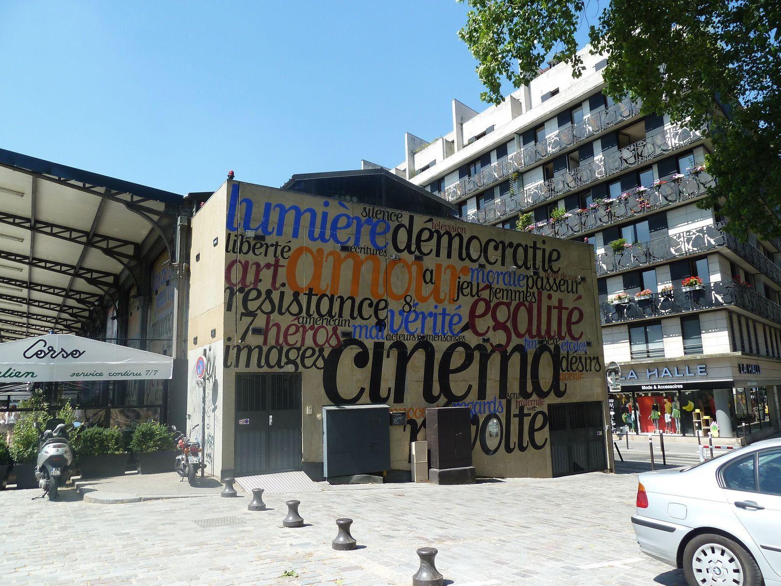 """Nous retraversons le canal côté quai de la Seine où, depuis 1996 une salle de cinéma MK2 est installée, suivra en face sur le quai de la Loire une autre salle depuis 2005. La contre-allée a été baptisée """"Promenade Simone Signoret et Yves Montand""""."""