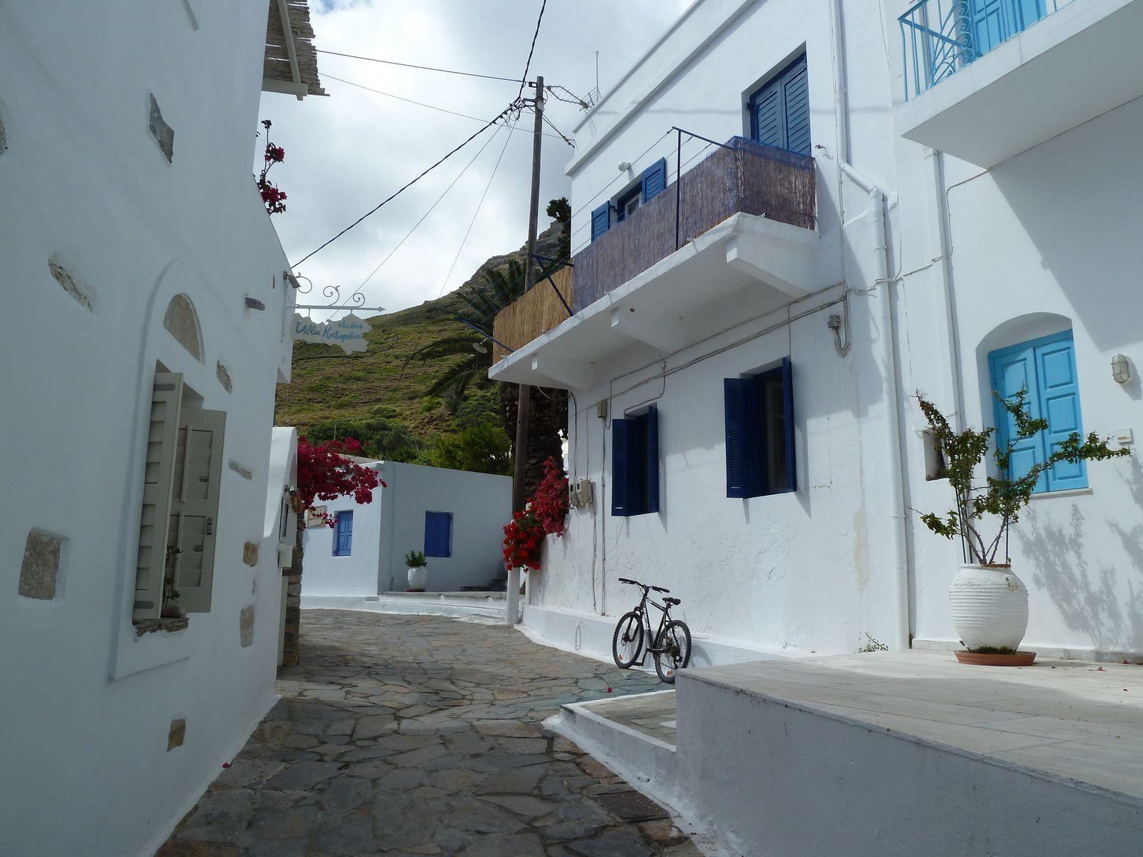 Puis nous revenons vers le centre, le village est aussi blanc, beau et fleuri que la plupart des villages cycladiques.